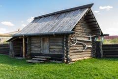 Το παλαιό ξύλινο υπόστεγο των κούτσουρων Ρωσία Ουράλια Nizhnya Sinyachikha Στοκ Εικόνα