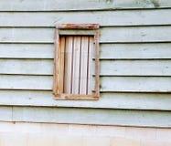 Το παλαιό παράθυρο σιταποθηκών με τους φραγμούς και το μέταλλο BO Στοκ Εικόνες