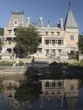 Το παλαιό παλάτι, που περιβάλλεται με την πρασινάδα σε ένα μπλε υποβάθρου έτσι Στοκ Εικόνα