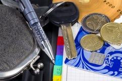Το παλαιό πορτοφόλι, η μάνδρα, το ημερολόγιο, οι βασικά, πιστωτικά κάρτες και τα νομίσματα Στοκ φωτογραφία με δικαίωμα ελεύθερης χρήσης