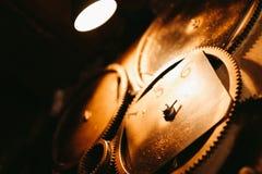 Το παλαιό ρολόι στην τέχνη τοίχων τονίζεται Στοκ Εικόνες