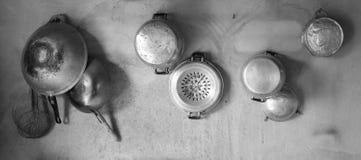 Το παλαιό σκεύος για την κουζίνα κρεμά στον τοίχο τσιμέντου, γραπτή έννοια Στοκ Εικόνες