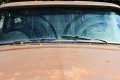 Το παλαιό σκουριασμένο αυτοκίνητο στοκ φωτογραφίες