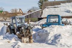Το παλαιό σκουριασμένο τρακτέρ δεν έχει καμία ρόδα Στοκ φωτογραφία με δικαίωμα ελεύθερης χρήσης