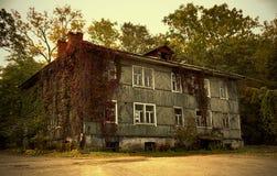 Το παλαιό σπίτι στον κήπο Στοκ Φωτογραφίες