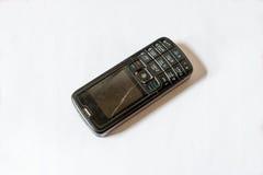 Το παλαιό σπασμένο κινητό τηλέφωνο απομόνωσε το άσπρο υπόβαθρο Στοκ Εικόνες