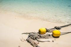 Το παλαιό σχοινί με bouy ξαναξεσηκώνει τον ωκεανό Στοκ Εικόνες