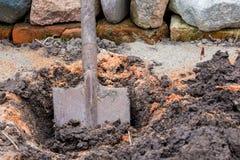 Το παλαιό φτυάρι είναι κολλημένο στο έδαφος Στοκ Φωτογραφίες