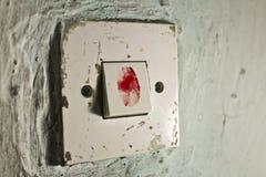 Το παλαιό φως ανάβει τον παλαιό πράσινο τοίχο με το αιματηρό δακτυλικό αποτύπωμα σε το Στοκ Εικόνα