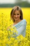 το πεδίο ανθίζει το κορίτσι κίτρινο Στοκ Φωτογραφίες