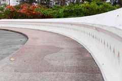 Το πεζοδρόμιο ένα τέντωμα του άσπρου τοίχου είναι κυρτό Στοκ Εικόνες