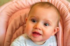 Το περίεργο μωρό ενώ όντας Στοκ Εικόνες