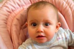 Το περίεργο μωρό ενώ όντας Στοκ φωτογραφία με δικαίωμα ελεύθερης χρήσης
