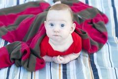 Το περίεργο μωρό κρυφοκοιτάζει επάνω Στοκ φωτογραφίες με δικαίωμα ελεύθερης χρήσης