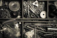 Το περιεχόμενο της παλαιάς εργαλειοθήκης Τοπ όψη τονισμένος στοκ φωτογραφία με δικαίωμα ελεύθερης χρήσης