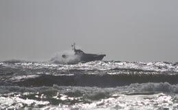 Το περιπολικό σκάφος ακτοφυλακής κατά μήκος της θάλασσας Στοκ φωτογραφία με δικαίωμα ελεύθερης χρήσης