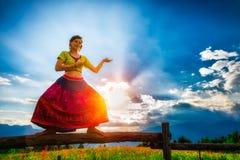 Το περιστασιακό κορίτσι χαλαρώνει να κάνει το τέντωμα και τη γιόγκα Στοκ εικόνα με δικαίωμα ελεύθερης χρήσης