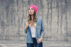 Το περιστασιακό πουκάμισο stree τζιν τζιν, μοντέρνος έφηβος ηλικίας γυναικείων εφήβων ύφους καθιερώνων τη μόδα πρότυπος hipster,  Στοκ φωτογραφία με δικαίωμα ελεύθερης χρήσης