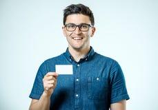 το περιστασιακό στενό πεδίο βάθους καρτών επιχειρησιακών επιχειρηματιών έστρεψε νεολαίες εκμετάλλευσης χεριών τις ρηχές καλυμμένε Στοκ φωτογραφία με δικαίωμα ελεύθερης χρήσης