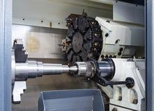 Το περιστρεφόμενο κεφάλι με τα κομμάτια μηχανών διατρήσεων και τα εργαλεία σε εγκαταστάσεις μηχανικών υψηλής ακρίβειας CNC τορνεύ Στοκ Εικόνες