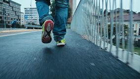 Το περπάτημα στο Μιλάνο - αστικό τοπίο - άτομο περπατά κοντά σε Porta Garibaldi - τον πυροβολισμό αναρτήρων του Gael Aulenti- απόθεμα βίντεο