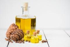 Το πετρέλαιο κέδρων σε ένα μπουκάλι γυαλιού Στοκ εικόνα με δικαίωμα ελεύθερης χρήσης