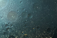 Το πετρέλαιο ρίχνει το γκριζωπό μπλε, στο νερό - αφηρημένο υπόβαθρο Στοκ φωτογραφία με δικαίωμα ελεύθερης χρήσης