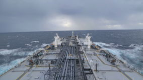 Το πετρελαιοφόρο είναι εν εξελίξει στη θυελλώδη θάλασσα φιλμ μικρού μήκους
