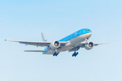 Το πετώντας αεροπλάνο KLM η βασιλική Dutch Airlines pH-BQM Ασία Boeing 777-200 προσγειώνεται στον αερολιμένα Schiphol Στοκ εικόνα με δικαίωμα ελεύθερης χρήσης
