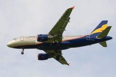 Το πετώντας αεροπλάνο vp-BBU airbus A319-112 της αερογραμμής Donavia κοντά επάνω στο νεφελώδη ουρανό Στοκ Εικόνες