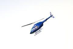το πετώντας ελικόπτερο απομόνωσε το λευκό Στοκ Εικόνες