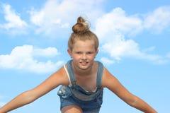 Το πετώντας κορίτσι σε ένα υπόβαθρο του ουρανού Στοκ φωτογραφίες με δικαίωμα ελεύθερης χρήσης