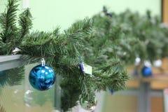 Το πεύκο Χριστουγέννων ντεκόρ διακλαδίζεται παιχνίδια Χριστουγέννων Στοκ Εικόνα