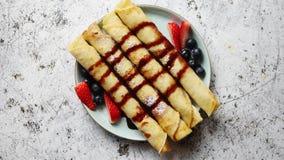 Το πιάτο εύγευστου crepes ο ρόλος με τους νωπούς καρπούς και τη σοκολάτα απόθεμα βίντεο