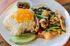 Το πιάτο θαλασσινών είναι τηγανισμένο ρύζι και τηγανισμένο αυγό. Στοκ Εικόνα