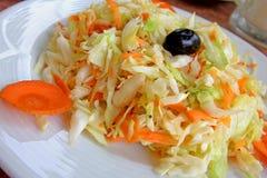 το πιάτο καρότων λάχανων συμποσίου έστρεψε μια σαλάτα εστιατορίων Στοκ εικόνα με δικαίωμα ελεύθερης χρήσης