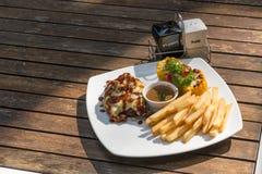 Το πιάτο κομματιάζει την μπριζόλα και τις τηγανιτές πατάτες βόειου κρέατος Στοκ εικόνα με δικαίωμα ελεύθερης χρήσης