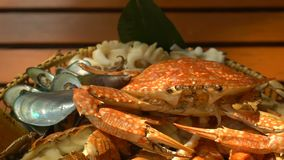 Το πιάτο με τα θαλασσινά περιστρέφεται στον ξύλινο πίνακα στο εστιατόριο απόθεμα βίντεο