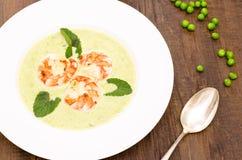 Το πιάτο με τη σούπα και τη μέντα μπιζελιών βγάζει φύλλα Στοκ Φωτογραφίες