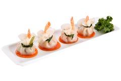 Το πιάτο μπουλεττών, τοποθετεί τις αμυδρές γαρίδες ουρών ποσού σε σάκκο, που απομονώνονται στο λευκό Στοκ Φωτογραφίες