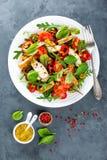 Το πιάτο σαλάτας φρέσκων λαχανικών των ντοματών, του σπανακιού, του πιπεριού, του arugula, chard των φύλλων και του ψημένου στη σ Στοκ Εικόνα