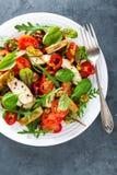 Το πιάτο σαλάτας φρέσκων λαχανικών των ντοματών, του σπανακιού, του πιπεριού, του arugula, chard των φύλλων και του ψημένου στη σ Στοκ εικόνα με δικαίωμα ελεύθερης χρήσης