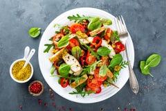 Το πιάτο σαλάτας φρέσκων λαχανικών των ντοματών, του σπανακιού, του πιπεριού, του arugula, chard των φύλλων και του ψημένου στη σ Στοκ εικόνες με δικαίωμα ελεύθερης χρήσης