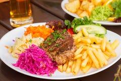 Το πιάτο της μπριζόλας κρέατος με διακοσμεί Στοκ Εικόνες