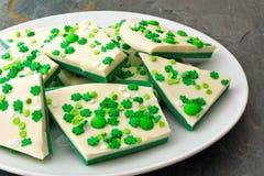 Το πιάτο του φλοιού καραμελών ημέρας του ST Patricks με το τριφύλλι ψεκάζει Στοκ φωτογραφία με δικαίωμα ελεύθερης χρήσης