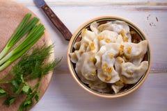Το πιάτο του pierogi ή varenyky, vareniki, μπουλέττες, γέμισε με το κρέας βόειου κρέατος και εξυπηρέτησε με το τηγανισμένο κρεμμύ στοκ φωτογραφία