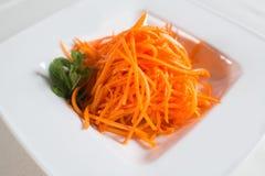 Το πιάτο των καρότων στις λουρίδες Στοκ Φωτογραφίες