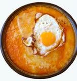 Το πιάτο υπογραφών: Απομονωμένο λειώνοντας τυρί με το αυγό και το ψωμί Τελειοποιήστε για να μοιραστείτε με την οικογένεια και του Στοκ Φωτογραφίες