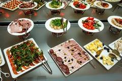 το πιάτο dof συμποσίου έστρεψε ένα εστιατόριο ρηχό Διάφορες λιχουδιές, πρόχειρα φαγητά στο γεγονός gala στοκ εικόνες