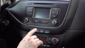 Το πιέζοντας ωθώντας κουμπί δάχτυλων χεριών στο αυτοκίνητο θέτει εκτός λειτουργίας τη σταθεροποίηση: Σύστημα ελέγχου έλξης μακριά απόθεμα βίντεο